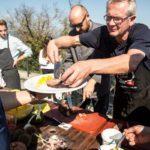 Christian Härtge und Urban Shiess beim Fleisch ausgeben - Bildquelle Miriam Ritler