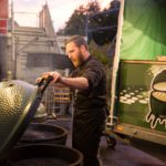 Daniel am Big Green Egg - Bildquelle Miriam Ritler