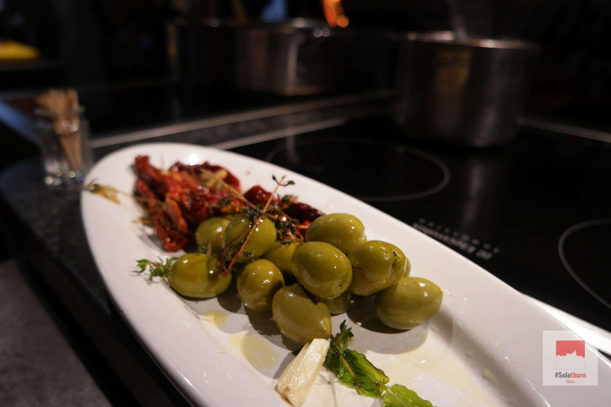 Marinierte Oliven, Parmesan, Tomaten und Chorizo vom Grill dazu Holzhofenbrot