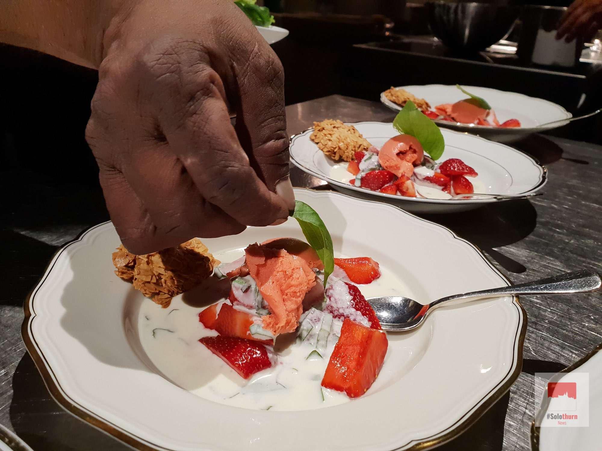 Erdbeeren aus Selzach mit Mascarpone - Basilikumcréme und hausgemachtem Erdbeersorbet Dazu Mandel - Orangen - Floentiner